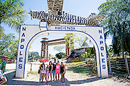 eigen DORADAL - COLOMBIA Hacienda Napoles was het luxe landgoed van Pablo Escobar, liggend in de gemeente Puerto Triunfo, Colombia. Op de toegangspoort van zijn landgoed had Escobar een vliegtuig laten monteren. Dit was het vliegtuig, waarmee hij zijn eerste kilo's coca&iuml;ne naar de Verenigde Staten smokkelde. Op zijn landgoed, 20 km&sup2; groot, had Escobar een priv&eacute; dierentuin met dieren van over heel de wereld laten aanleggen. Daarnaast had hij nog een kart-circuit, een collectie van oude auto's, een stierenarena en een priv&eacute; vliegveld. Na de dood van Pablo is de haci&euml;nda eigendom geworden van de Colombiaanse overheid. Die hebben het op hun beurt beschikbaar gesteld aan de gemeente Puerto Triunfo. De gemeente heeft er ondertussen een toeristische attractie van gemaakt met een museum en een themapark. Daarbuiten is er een gevangenis gebouwd. Ook is er een deel eigendom geworden van de plaatselijke boeren.ROBIN UTRECHT<br /> The estate included a Spanish colonial house, a sculpture park, and a complete zoo that included many kinds of animals from different continents such as antelope, elephants, exotic birds, giraffes, hippopotamuses, ostriches, and ponies. The ranch also boasted a large collection of old and luxury cars and bikes, a private airport, a bullring, and even a kart-racing track. Mounted atop the hacienda's entrance gate is a replica of the Piper PA-18 Super Cub airplane (tail number HK-617-P) which transported Escobar's first shipment of cocaine to the United States.<br /> After Escobar was shot and killed by Colombian police in 1993, his family entered a legal struggle with the Colombian government over the property. The government prevailed, and the neglected property is now managed by the Municipality of Puerto Triunfo. The cost of maintenance for the zoo and the animals was too expensive for the government, so it was decided that most of the animals would be donated to Colombian and international zoos.Other original features i