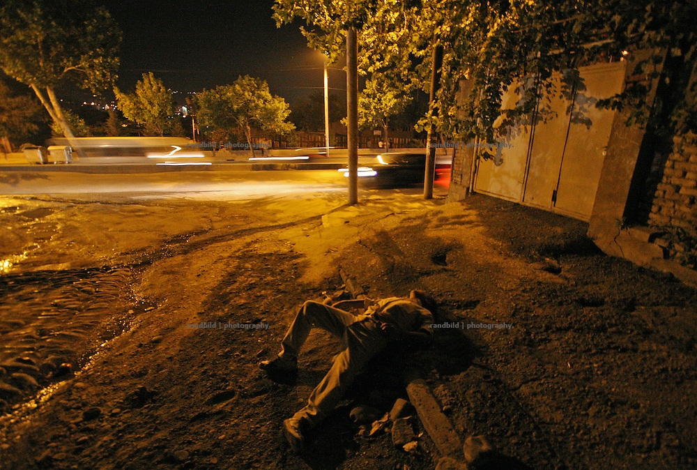 Ein volltrunkener Georgier ist des nächtens auf der Straße zusammengebrochen und in der Gosse eingeschlafen. A drunken georgian collapsed on this street and is sleeping in the gutter.