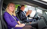 HELMOND - Koning WILLEM ALEXANDER heeft dinsdagochtend 9 juni met minister Schultz van Haegen van Infrastructuur en Milieu een werkbezoek gebracht aan de Automotive Campus in Helmond. Thema van het bezoek was 'Innovatief aan de slag met mobiliteit'. Robin utrecht  COPYRIGHT HELMOND - King WILLIAM ALEXANDER Tuesday morning June 9 with Minister Schultz van Haegen of Infrastructure and Environment has visited the Automotive Campus in Helmond. The theme of the visit was' Innovative started with mobility.with minister Schultz verhagen  robin utrecht COPYRIGHT Automotive Campus