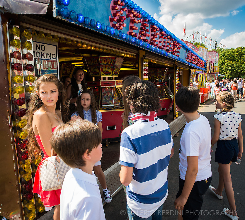 The fairs gather groups of people of all ages. The attractions are the stage where the visitors act their performance.