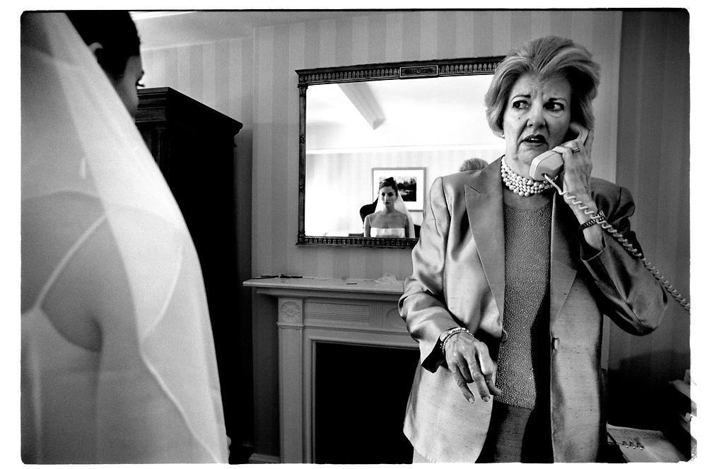 Medan  stylisten nålar fast slöjan ringer.mamma Helen Lockwood Hewson  limousinens chaufför för att tala om att sällskapet är försenat.  Mamma är aningens ur balans när det nu endast återstår en timme till vigselceremonin..Joby Harold and Tory Tunnell's wedding in New York City..Photographer: Chris Maluszynski /MOMENT