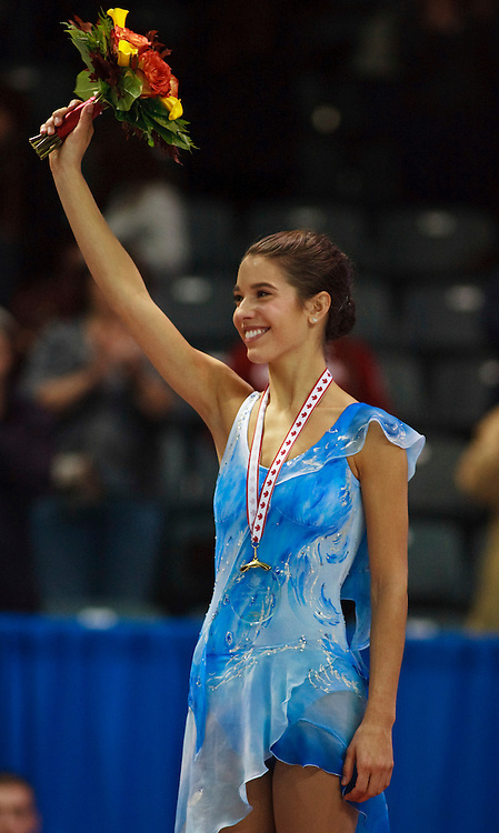 20101030 -- Kingston, Ontario -- Gold medalist Alissa Czisny of the United States waves to the crowd during the medal ceremony for the ladies competition at Skate Canada International in Kingston, Ontario, Canada, October 30, 2010. <br /> AFP PHOTO/Geoff Robins