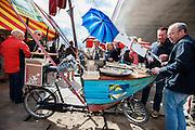 Een bakfiets met een halve boot wordt gebruikt als verkoop van oesters. In Nijmegen vindt voor de derde keer het International Cargo Bike Festival plaats. Het tweedaags evenement richt zich op het gebruik en de gebruikers van bakfietsen. Bakfietsen worden in heel Europa steeds vaker ingezet, zowel door particulieren als bedrijven. Het is een duurzame vorm van transport en biedt veel voordelen.<br /> <br /> In Nijmegen for the third time the International Cargo Bike Festival is hold. The two-day event focuses on the use and users of cargobikes. Cargo bikes are increasingly being deployed across Europe, both individuals and businesses. It is a sustainable form of transport and offers many advantages.Nederland, Nijmegen, 13-04-2014