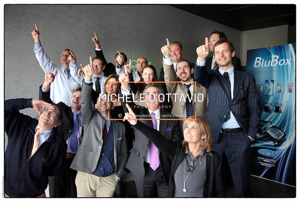 Domenico Petrone, Presidente di Viasat Group, in posa di gruppo con alcuni manager della sua azianda