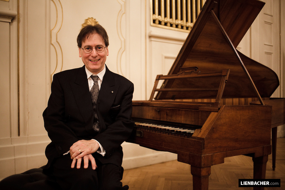 Salzburg, Mozartwoche 2009: Robert Levin sitzt an Mozarts Klavier, im Wiener Saal des Mozarteums. Foto: Wolfgang Lienbacher