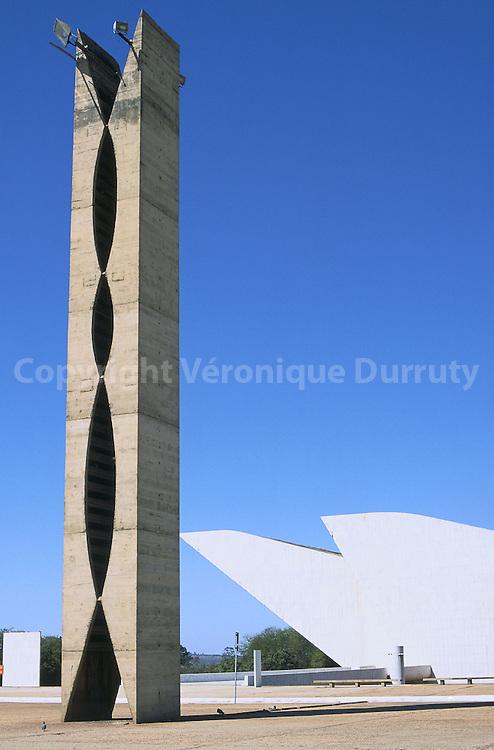 """La nouvelle capitale, Brasilia, a  été construite à partir de 1957 sur un site inhabité. Le plan de la ville a  été conçu par l'urbaniste brésilien Lécio Costa, il a la forme d'un avion. L'architecte Oscar Niemeyer a travaillé  l'édification de la nouvelle capitale et conçu l'ensemble des principaux bâtiments de la ville. Le fuselage de l'avion correspond à l'axe monumental, qui comprend les principaux batiments de la ville. La statue des guerriers se situe à l'extrémité de l'axe monumental. Les brésiliens la surnomment """"la pince à linge""""..La nouvelle capitale, Brasilia, a  été construite à partir de 1957 sur un site inhabité. Le plan de la ville a  été conçu par l'urbaniste brésilien Lécio Costa, il a la forme d'un avion. L'architecte Oscar Niemeyer a travaillé  l'édification de la nouvelle capitale et conçu l'ensemble des principaux bâtiments de la ville. Le fuselage de l'avion correspond à l'axe monumental, qui comprend les principaux batiments de la ville. La statue des guerriers se situe à l'extrémité de l'axe monumental. Les brésiliens la surnomment """"la pince à linge"""""""