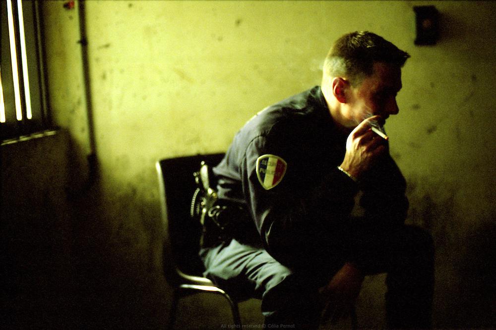 Dans la salle d'attente r&eacute;serv&eacute;e aux policiers au tribunal de grande instance d'Evry.<br /> Waiting at Evry city's court.