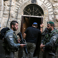 Israeli police border Officers escort an Israeli to a buiding that belong to Ateret Cohanim, a right-wing&nbsp;NGO that&nbsp;works diligently to acquire Palestinian homes mainly in the Muslim Quarter and the village of Silwan for Jewish settlement on Oct. 7, 2015.  <br /> Photo by Olivier Fitoussi.