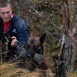 Entra&icirc;nement des &eacute;quipes cynophiles de Secouristes Sans Fronti&egrave;res en milieu montagneux, d&eacute;combres, descentes en rappel et recherche de personne en for&ecirc;t.<br /> Novembre 2010/ Savoie (73) / FRANCE<br /> Voir le reportage complet (96 photos) http://sandrachenugodefroy.photoshelter.com/gallery/2010-11-Stage-cynophile-de-Secouristes-Sans-Frontieres-Complet/G0000Vy49hR5Df1g/C0000yuz5WpdBLSQ
