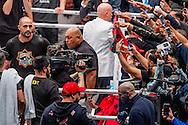 OBERHAUSEN DUITSLAND -Konig Pilsener Arena in Oberhausen collision glory  Kickbokser Rico Verhoeven heeft zaterdagavond het prestigegevecht met Badr Hari gewonnen. De regerend wereldkampioen uit Brabant zag zijn tegenstander in het begin van de tweede ronde opgeven met een blessure aan een elleboog. Rico Verhoeven wint zijn gevecht met Badr Hari tijdens de GLORY COLLISION en GLORY 36.  Het gevecht van de eeuw tussen Rico Verhoeven en Badr Hari is in de tweede ronde plots geëindigd na een armblessure van Hari. ,,Zo wil ik niet verliezen en hij niet winnen'', concludeerde Hari met zijn gekwetste arm in het verband. ,,Volgend jaar doen we het weer en dan ga je er aan.'' Zo krijgt het gevecht tussen beide kickboksers mogelijk een tweede aflevering. Het eerste gevecht begon met een opmerking van Verhoeven, die Hari uitdaagde op televisie. De Marokkaan accepteerde de uitdager meteen. ROBIN UTRECHT