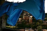 Caracas - Bargas - Il giorno che fu eletto Chaveznel 2001 la montagna che porta dall'aereoporto alla città si riversò sulle case, ci furono migliaia di vittime e negli ultimi anni stanno ricostruendo le case grazie al piano di 'Mision bibenda'