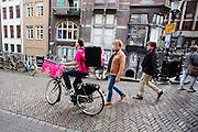 In Utrecht fietst Michel voor Foodora. Foodora is een bezorgdienst voor restaurants en cateringbedrijven en richt zich met name op kwaliteitsrestaurants. De bezorgers, drivers genaamd, rijden doorgaans op hun eigen fiets. De dienst bestaat sinds 2015 in Nederland, sinds maart 2016 rijden de bezorgers ook in Utrecht en Den Haag. Foodora is bedacht door Rocket International, de Duitse investeerder die ook verantwoordelijk is voor Zalando en HelloFresh.<br /> <br /> In Utrecht cyclist Michel rides for Foodora. Foodora is a delivery service for restaurants and catering firms and focuses on quality restaurants. The bike messengers usually ride on their own bike. In The Netherlands the service started in 2015. Foodora was invented by Rocket International, the German investor who is also responsible for Zalando and Hello Fresh.