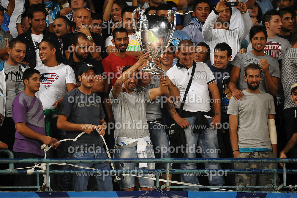27.09.2011, Stadio San Paolo, Neapel, ITA, UEFA CL, Gruppe A, SSC Neapel vs FC Villarreal, im Bild Tifosi del Napoli con la coppa // during the UEFA Champions League game, group B, SSC Neapel (ITA) vs FC Villarreal (ESP) at San Paolo stadium in Neapel, Italy on 2011/09/27. EXPA Pictures © 2011, PhotoCredit: EXPA/ InsideFoto/ Andrea Staccioli +++++ ATTENTION - FOR AUSTRIA/(AUT), SLOVENIA/(SLO), SERBIA/(SRB), CROATIA/(CRO), SWISS/(SUI) and SWEDEN/(SWE) CLIENT ONLY +++++
