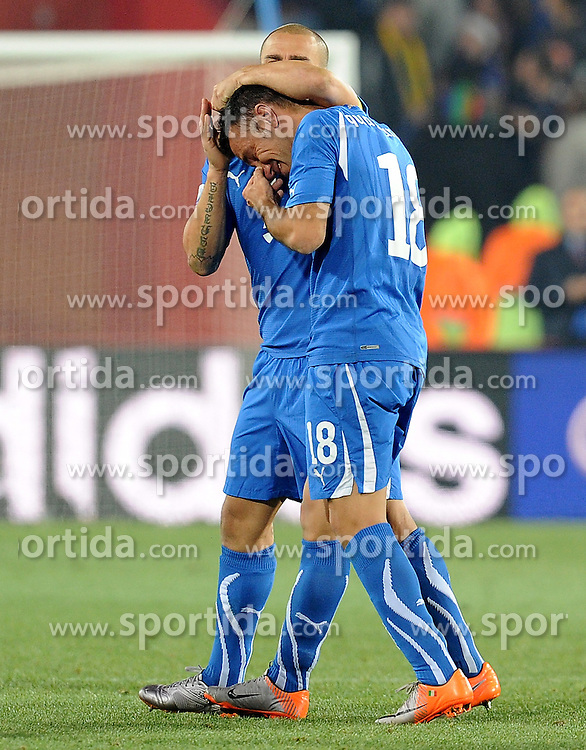 24.06.2010, Ellis Park Stadium, Johannesburg, RSA, FIFA WM 2010, Slovakia (SVK) and Italy (ITA), im Bild Fabio Cannavaro (Italia) consola Fabio Quagliarella in lacrime a fine partita.. EXPA Pictures © 2010, PhotoCredit: EXPA/ InsideFoto/ Giorgio Perottino +++ for AUT and SLO only +++ / SPORTIDA PHOTO AGENCY