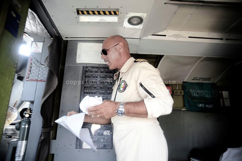 ROMA. UN PILOTA DELLA FLOTTA AEREA ANTINCENDIO DELLA PROTEZIONE CIVILE ENTRA NELLA CABINA DI PILOTAGGIO DI UN CANADAIR CL-415