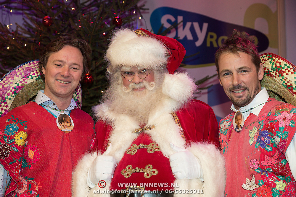 NLD/Hilversum /20131210 - Sky Radio Christmas Tree For Charity 2013, Frits Sissing en Tim Immers met de kertman