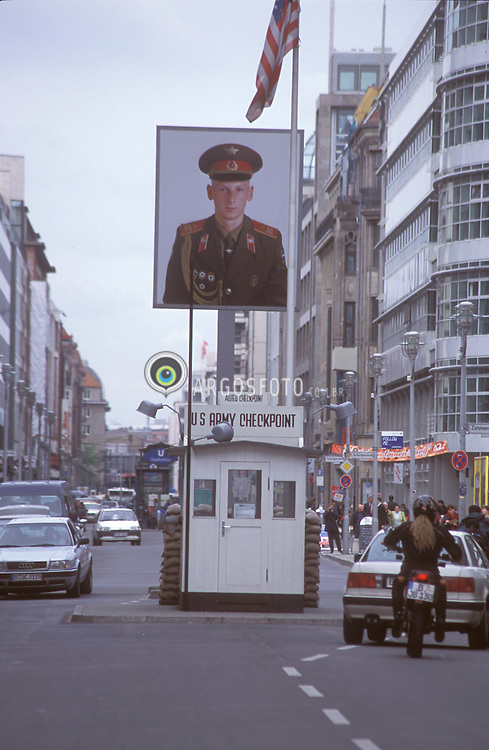Berlin,Alemanha.abril/2002..Charlie Check Point, museu,na Friedrichtrasse. Ultimo posto antes de entrar na Berlin Oriental, area americana..Foto Adri Felden/Argosfoto
