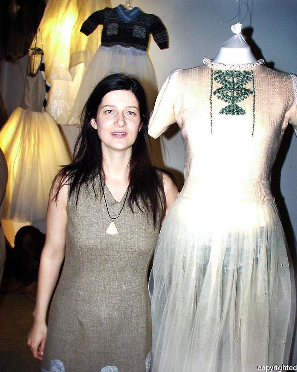 Julie Skarland, utstilling Nordenfjeldske Kunstindustrimuseet. Kjole designet for Frelsesarmeen.dig Julie Skarland, utstilling i Nordenfjeldske Kunstindustrimuseum, i samarbeid med Fretex/Frelsesarmeen.