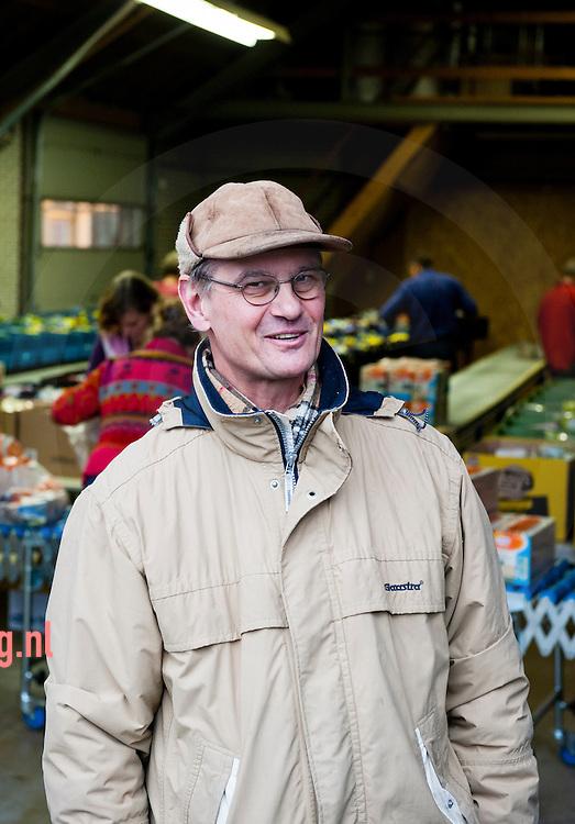 Nederland, zwolle 25nov2011 inpakkende vrijwilligers bij de voedselbank in zwolle