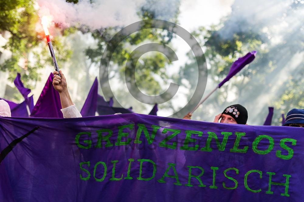 Ein Demonstrant z&uuml;ndet w&auml;hrend der Demonstration gegen Rassismus und AfD am 03.09.2016 in Berlin, Deutschland einen Bengalo. Mehrere Tausend Menschen demonstrierten gegen Rassismus und die pechpopulistische AfD. Foto: Markus Heine / heineimaging<br /> <br /> ------------------------------<br /> <br /> Ver&ouml;ffentlichung nur mit Fotografennennung, sowie gegen Honorar und Belegexemplar.<br /> <br /> Bankverbindung:<br /> IBAN: DE65660908000004437497<br /> BIC CODE: GENODE61BBB<br /> Badische Beamten Bank Karlsruhe<br /> <br /> USt-IdNr: DE291853306<br /> <br /> Please note:<br /> All rights reserved! Don't publish without copyright!<br /> <br /> Stand: 09.2016<br /> <br /> ------------------------------