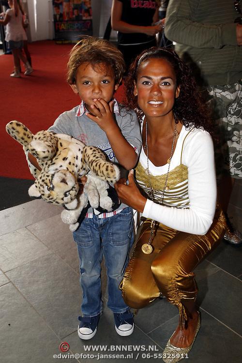 NLD/Ede/20070808 - Premiere Bratz, Chimene van Oosterhout een zoontje Lyam