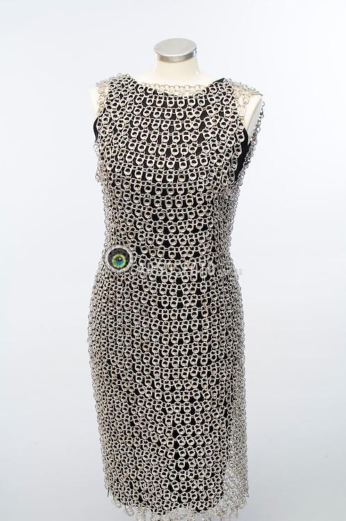 Vestido feito com lacres de lata de aluminio coletadas pela reciclagem / Dress made of aluminium can ring pull colected by recycling