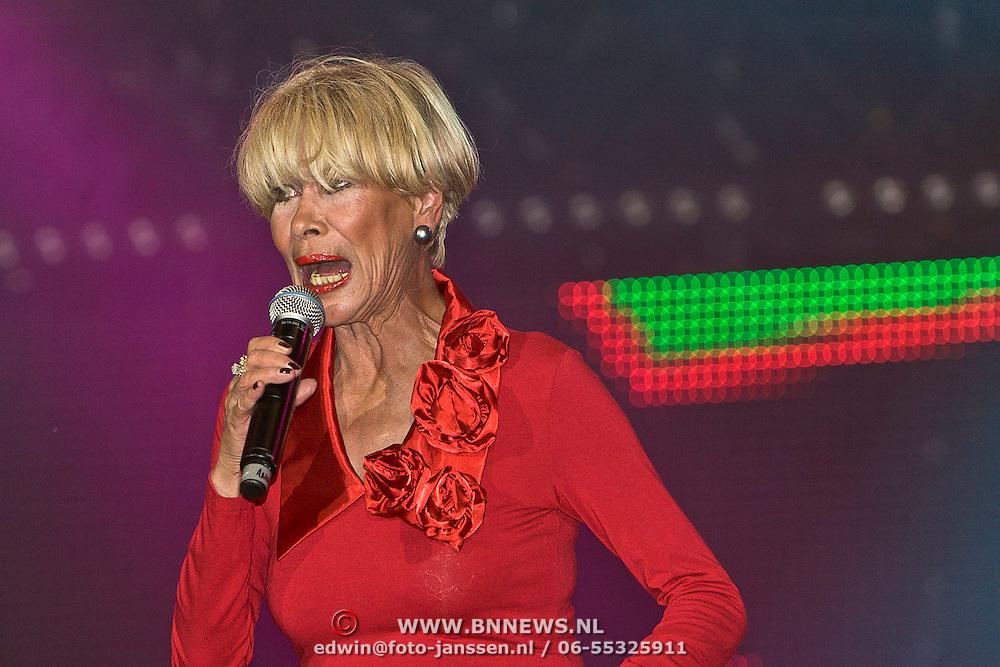 NLD/Almere/20100821 - Strandfestival Het Zand 2010, optreden Paul de Leeuw met Anneke Gronloh