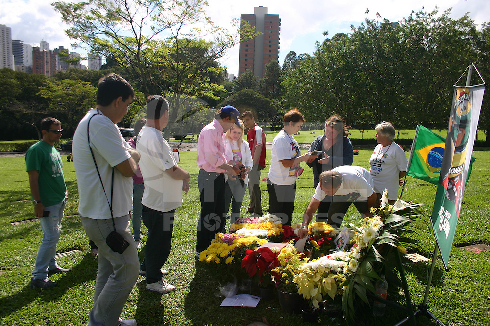 SÃO PAULO, SP, 01 DE MAIO DE 2012- AYRTON SENNA- 18 Anos da morte de Ayrton Senna fãs e amigos fizeram homenagem com flores e orações o tri campeão mundial de F-1, no cemitério do Morumbi região sul da capital paulista. (FOTO: DENIS OLIVEIRA / BRAZIL PHOTO PRESS).