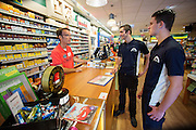 Wouter Horstink (midden) en Timo Westerhoff praten met een winkelier. In Leusden zorgen studenten van de ROC A12 opleiding Veiligheid & Toezicht als stagiair voor toezicht en handhaving in het winkelcentrum De Biezenkamp. De ondernemers in het winkelcentrum bepalen welke taken de studenten krijgen, de politie en een buitengewoon opsporingsambtenaar begeleiden de studenten.