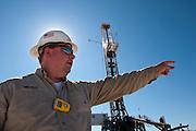 Cuero, Texas. Fracking brought a huge oil boom to Dewitt County in Texas...Sicherheitschef Billy Russ auf dem Gelände und vor einem Bohrturm der Firma Marathon Oil....© Stefan Falke www.stefanfalke.com.Unterwegs mit Peter Hossli.