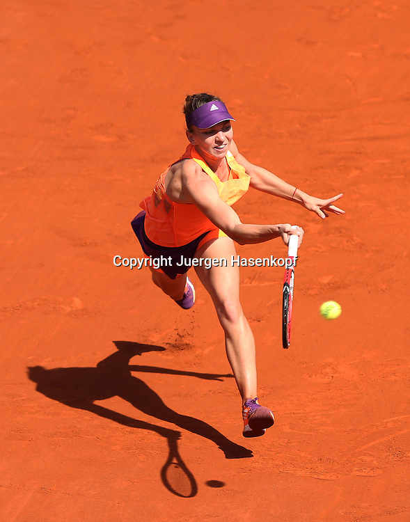 French Open 2014, Roland Garros,Paris,ITF Grand Slam Tennis Tournament,Damen Endspiel,<br /> Simona Halep (ROU),Aktion,Einzelbild,<br /> Ganzkoerper,Hochformat,von oben
