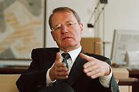 13 JAN 2000, BERLIN/GERMANY:<br /> Hans-Olaf Henkel, Pr&auml;sident des Bundesverbandes der Deutschen Industrie, BDI, w&auml;hrend einem Interview in seinem B&uuml;ro<br /> Hans-Olaf Henkel, President of the Federalassociation of the German Industrie, during an interview, in his office<br /> IMAGE: 20000113-01/01-09