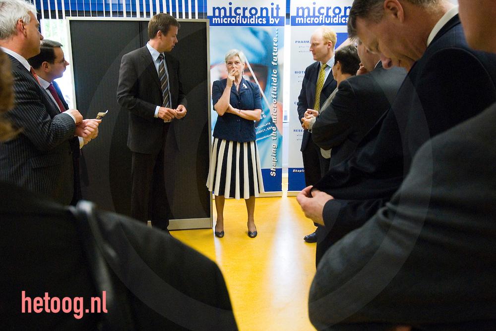 Minister Maria Verhoeven van economische zaken op bezoek in Enschede op het BTC , samen met Burgemeester den oudsten,Abbenhues (provincie) Henny ten Hag eva..dd. 20-06-2007 foto's Cees Elzenga