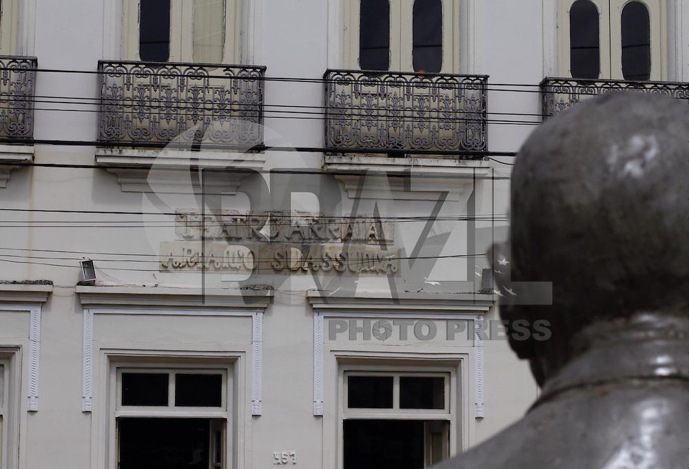 RECIFE-PE-06.01.2017-OBRA-PE- Escritor Ariano Suassuna ganha estátua no circuito da poesia em Recife às margens do rio capibaribe, zona oeste, nesta sexta-feira,06. (Foto: Jean Nunes/Brazil Photo Press)