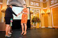 22-5-2014 - DEN HAAG - Koningin Máxima reikt donderdagochtend 22 mei de Appeltjes van Oranje 2014 uit op Paleis Noordeinde in Den Haag. Zijne Majesteit Koning Willem-Alexander is bij de uitreiking aanwezig. Stichting MeeleefGezin uit Doorn, Stichting Buurtmarkt Breedeweg uit Groesbeek en Stichting AanZet uit Friesland werden beloond met een Appeltje van Oranje.  COPYRIGHT ROBIN UTRECHT