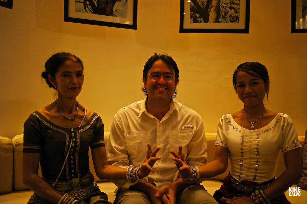 Photographer Kike Calvo with two Apsara Dancers.   Amansara Luxury Hotel. Cambodia.