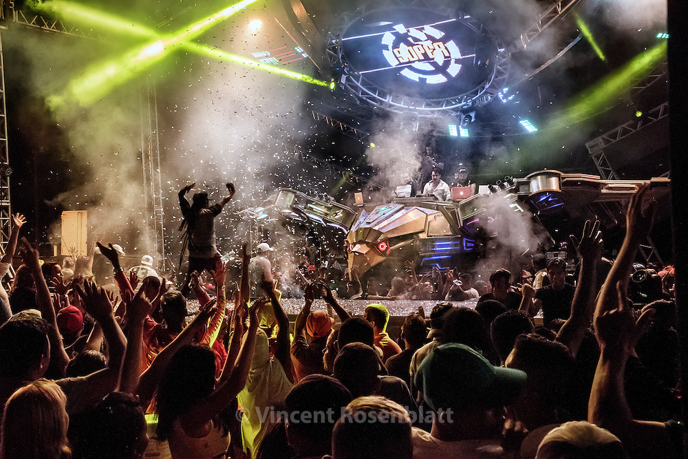 Pop Live, the 2016 version of the Superpop, &quot;the fire eagle, the crowd pusher&quot;, one of the biggest machines in Belem. &quot;Festa da Cerveja&quot; (yearly Beer Party) in Igarap&eacute; A&ccedil;u. The most expected soundmachines show of the Year with DJ's Elison &amp; Juninho, the most famous of the Tecnobrega scene...<br />  In the middle of the night, the fire eagle takes off graciously thanks to its hydraulic system and shoots its fireworks and lasers, in a pyrotechnic show at the edge of technology..