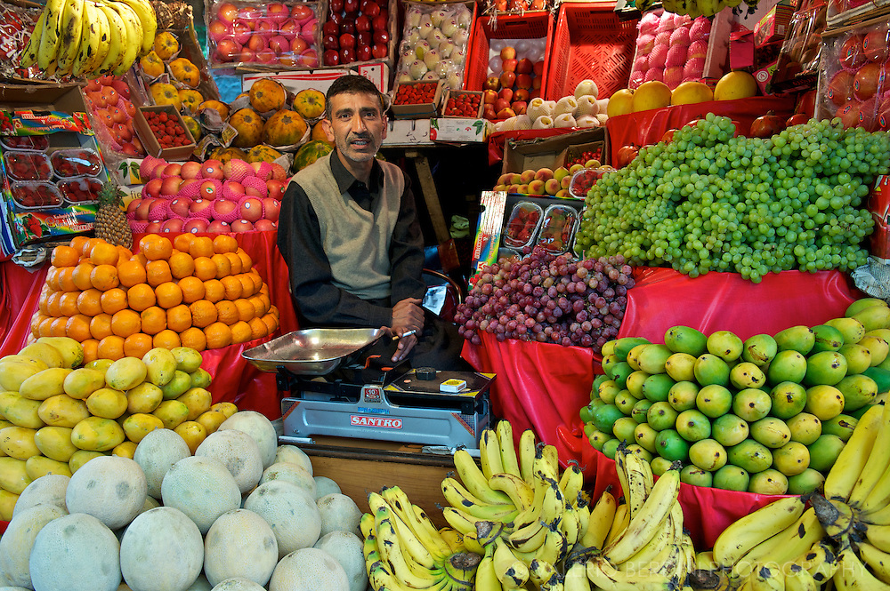 Fruit seller in Srinagar. Kashmir valley is very fertile and as a four season weather that allows to grow a large variety of vegetables and fruit. Kashmir. India