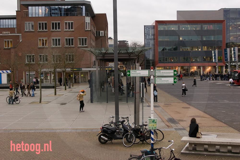 netherlands nederland enschede..een zwartepiet loopt op het stationsplein van enschede en houdt zijn pet vast tegen de wind