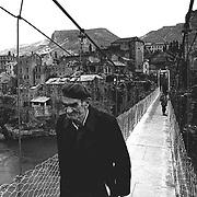 Former Yugoslavia - Jugoslawien; BALKAN BOSNIA; Bosnien;MOSTAR - <br /> Stari Most, the destroyed bridge connecting Eastern &amp; Western Mostar; Old man; Muslims;<br /> Die Br&uuml;cke Stari Most,&uuml;ber den Fluss Neretva wurde im Krieg zwischen Kroaten und Moslems zerst&ouml;rt. Provisorische H&auml;ngebr&uuml;cke verbindet den kroatischen Teil mit dem sehr stark zerst&ouml;rten moslemischen Teil der Stadt; Mostar 15.03.96