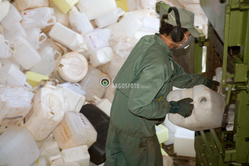 Empty agrochemicals containers being compacted and recycled in Brazil / Embalagens de agrotoxicos sendo compactadas para reciclagem do plastico.