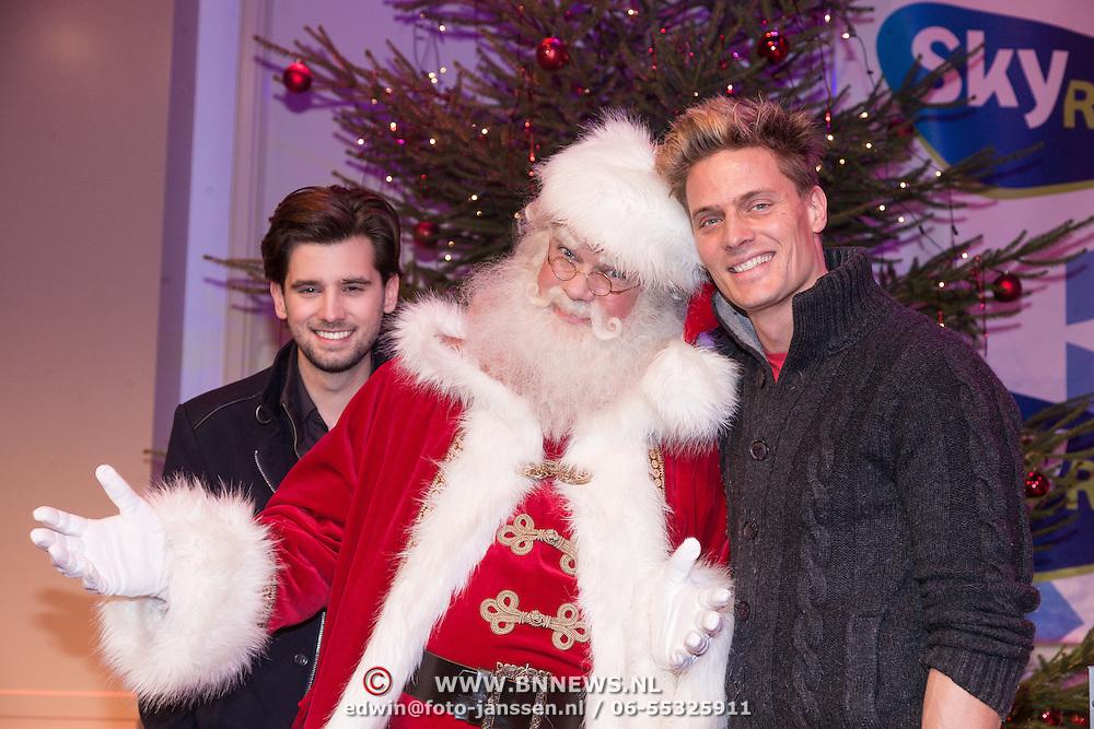 NLD/Hilversum /20131210 - Sky Radio Christmas Tree For Charity 2013, Ruud Feltkamp en Winston Post en de kerstman