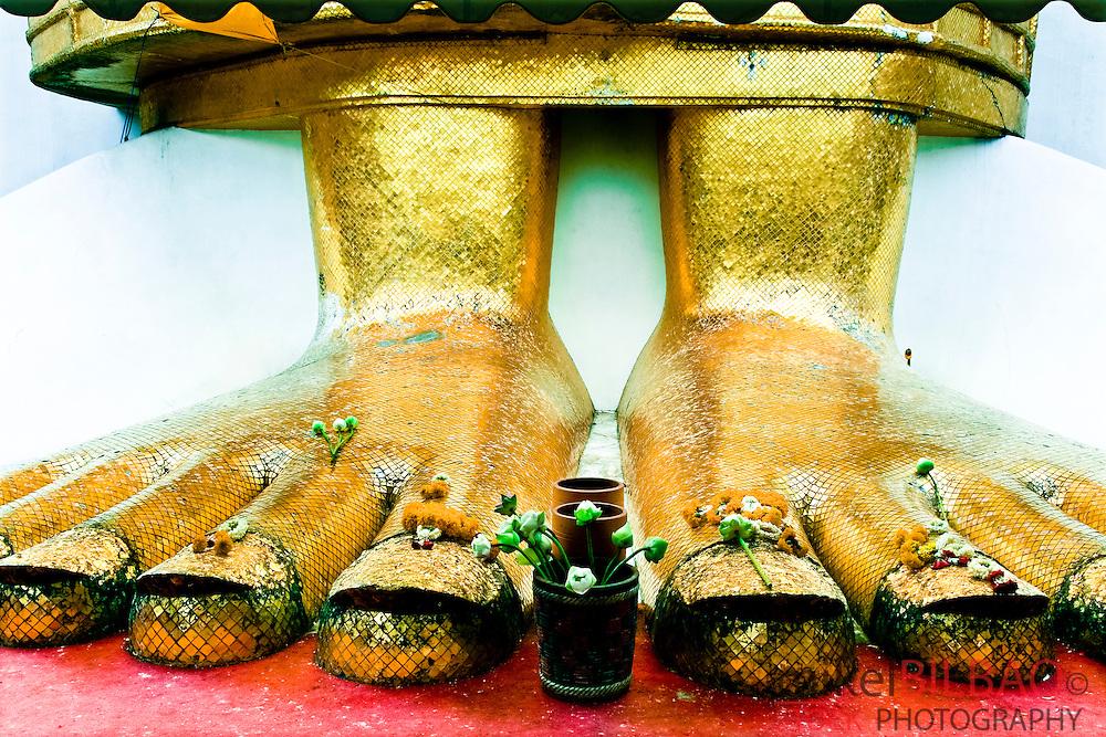 Standing Buddha (Luang Pho or Phrasiariyametri) feet. Wat Intharawihan temple, Nakhon district.<br /> Bangkok, Thailand, Asia