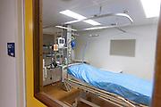 Een isolatiekamer voor pati&euml;nten met besmettelijke ziekten in het calamiteitenhospitaal in Utrecht. Met een webcam kan contact worden gemaakt met het thuisfront. Bij het calamiteitenhospitaal in Utrecht worden slachtoffers van grote rampen als eerste behandeld. Afhankelijk van de ernst van de verwonding, wordt het slachtoffer ingedeeld in rood, geel of groen. Het hospitaal is uniek in Europa en is gevestigd in de voormalige atoombunker onder het UMC Utrecht.<br /> <br /> The isolation room, for patients with infectious diseases, at the trauma and emergency hospital. At the basement of the UMC Utrecht a special hospital for emergency and major incidents is based. Patients are being labelled by number and depending on the injuries they will be transported to the zone red, yellow or green.