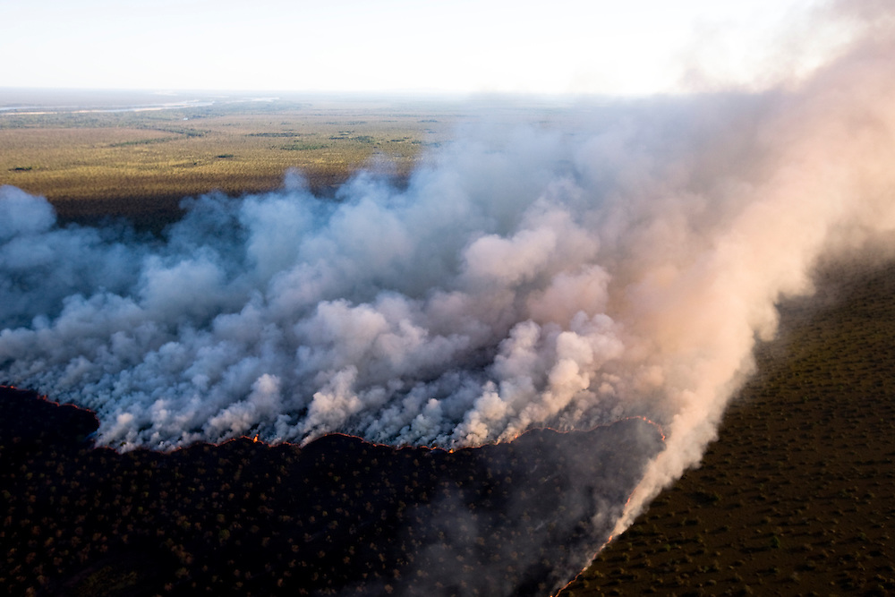 "Man made fire on the ""cerrado"" near Araguaya River outside of Araguaya National Park, Mato Grosso, Brazil to clear the land for cattle use, August 7, 2008..Daniel Beltra/Greenpeace"