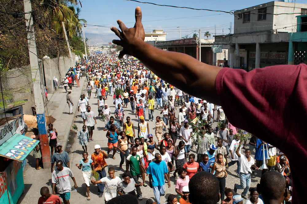 It is the fourth day of peaceful demonstrations since the elections. According to the first temporary results, Préval is ahead with less than 50%. But people are singing, dancing and shouting Préval's name to be the next president after the first round. Many areas of Port-au-Prince were deserted by inhabitants because of the demonstrations.