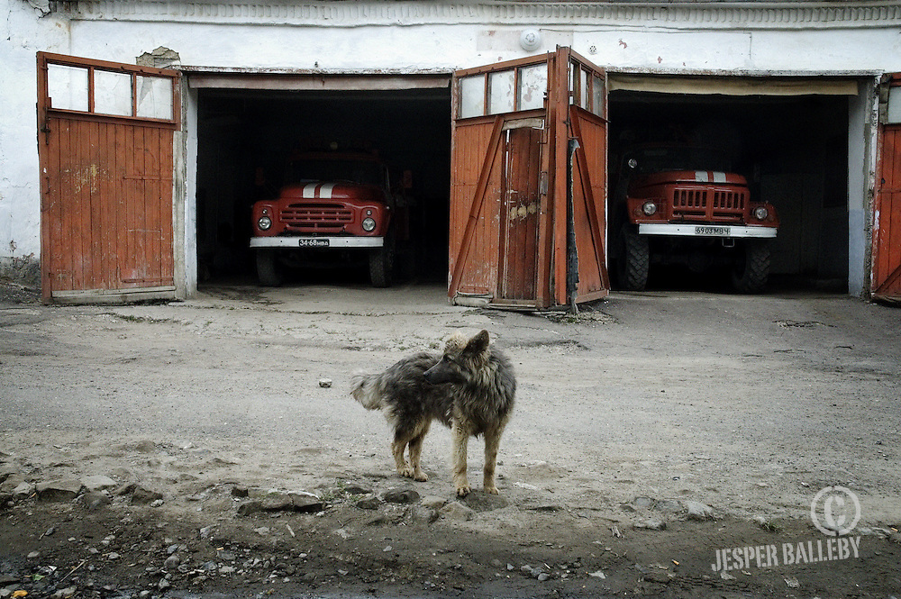 Moldawien, Republik Moldau, Stadt Soroca, Feuerwache, Hund vor zwei Löschfahrzeugen.Moldova, Soroca, Fire Station. Dog in front of two fire engines parked in the firehouse, 05/2005 © 2010 Jesper Balleby / Agentur Focus