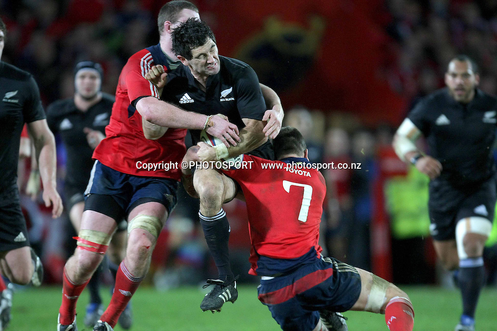 Munster's Niall Ronan and Donncha Ryan with Stephen Donald of New Zealand. Munster vs New Zealand rugby match, Thomond Park Stadium, Limerick, Ireland. Tuesday, 18th November 2008. Photo: INPHO/PHOTOSPORT *** Local Caption ***