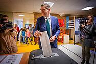 15-3-2017 - VOORBURG - sybrand buma  cda stemt in voorburg  op de St Maarten school . COPYRIGHT ROBIN UTRECHT