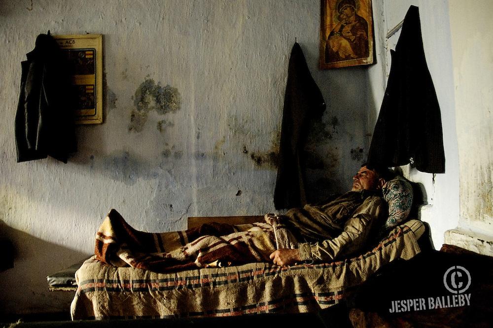Moldawien, Republik Moldau, Stadt Soroca, Feuerwache, Feuerwehrmänner im Dienst. Sie warten, in der Brandstation auf einen Einsatz. Hier ein Feuerwehrmann in einem der Betten in der Brandstation. Er hat eine 24-Stunden-Schicht.Moldova, Soroca, Fire Station. Fire fighter on duty, waiting at the firehouse in one of the beds in the sleeping quarters. He is in the middle of his 24 hours shift, 05/2005 © 2010 Jesper Balleby / Agentur Focus